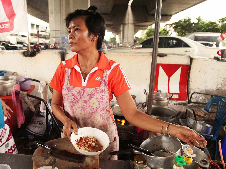 20140714-egg-pork-fried-basil-stir-fry-bangkok-02.jpg
