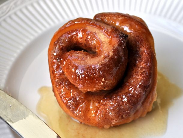 20121119-wakeandbake-cinnamon-buns-with-maple-glaze.JPG