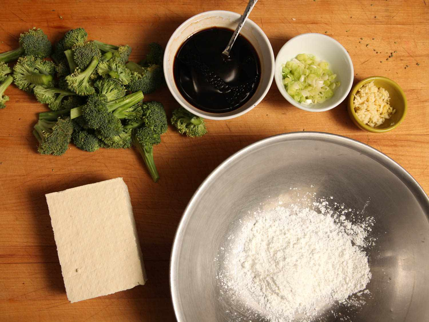 Ingredients for stir-fried crispy tofu with broccoli.