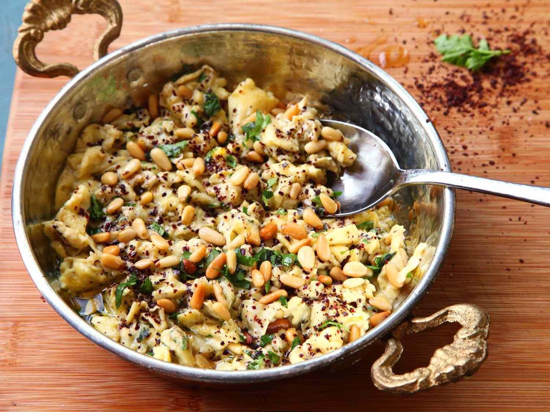 21050610-menu-scrambled-eggs-sumac-pinenuts-parsley-olive-oil-4.jpg