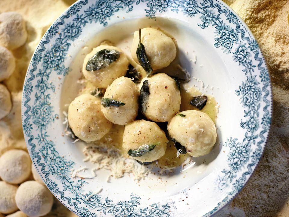 20140918-jamie-olivers-comfort-food-butter-sage-gnudi-david-loftus.jpg