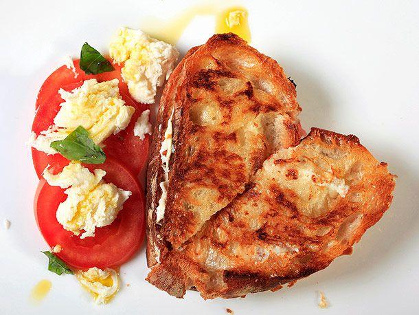 20120411-grilled-cheese-variations-caprese.jpg