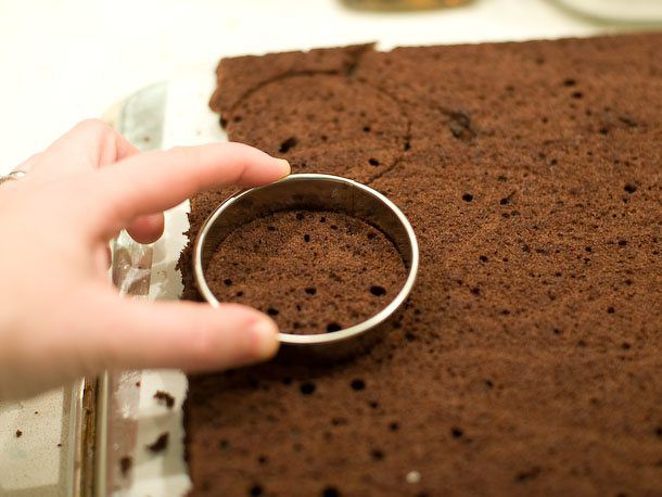 cut cake into circles