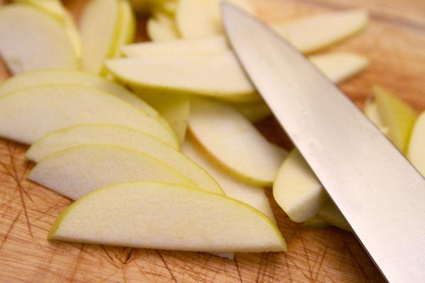 20101216-ks-slicing-apples.jpg