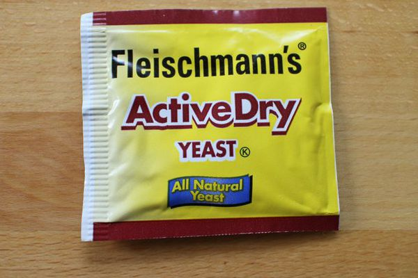A package of Fleishmann's active dry yeast.