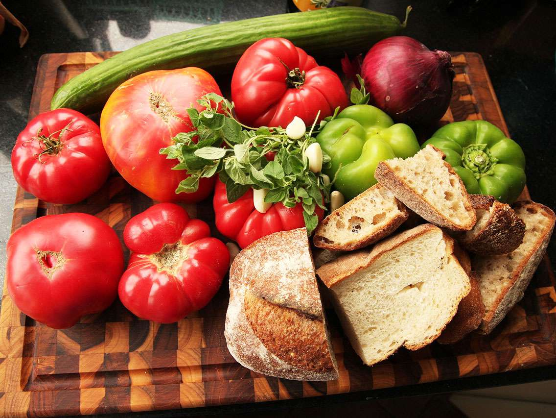 20130827-easy-gazpacho-how-to-recipe-01.jpg
