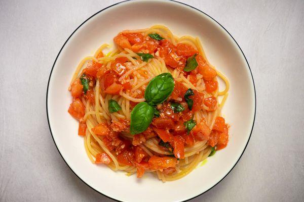20210201-pomodoro-crudo-salsa-pasta-raw-tomato-sauce-daniel-gritzer-4