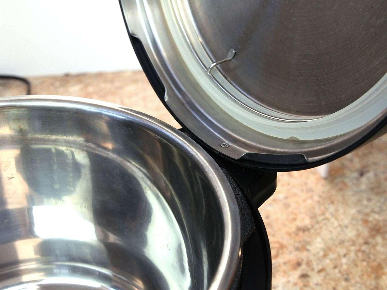 Hinge placement of Instant Pot lid