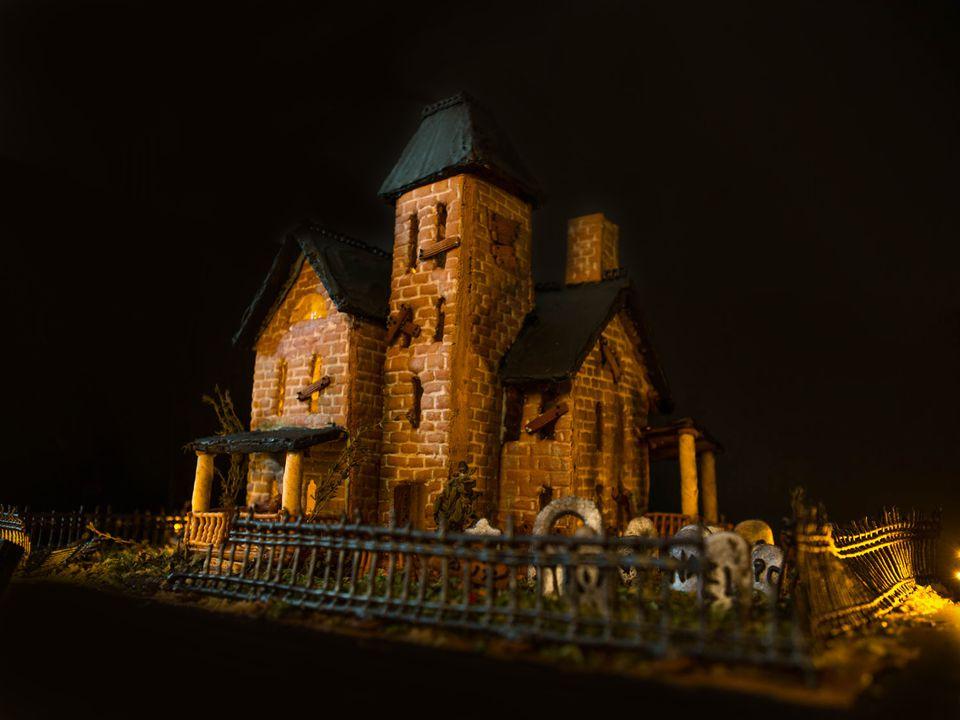 20161016-haunted-gingerbread-house-beauty-22.jpg