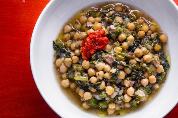 20200508-chickpea-anchovies-bacon-broccoli-rabe-stew-daniel-gritzer-1