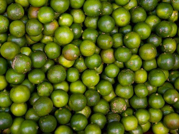 A pile of calamansi limes.