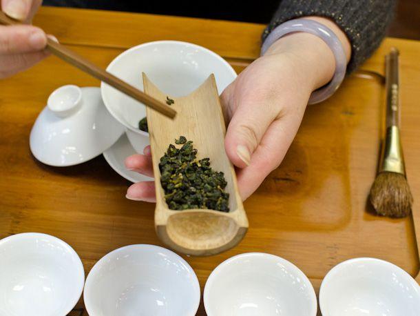 filling gaiwan with tea