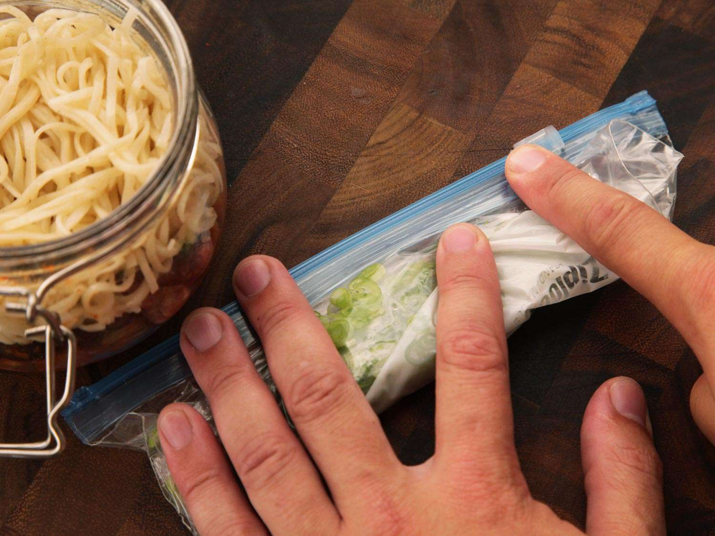 20140929-instant-noodles-diy-recipe-kimchi-beef-09.jpg