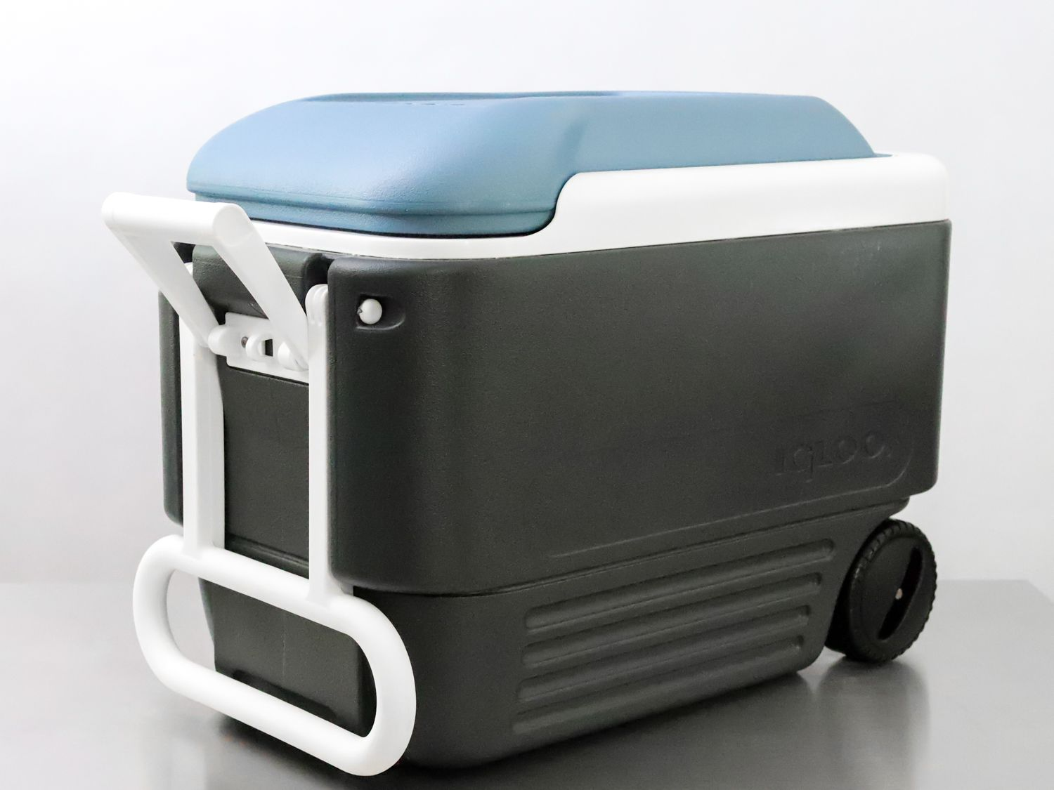Side angle of the Igloo Max Cold Cooler