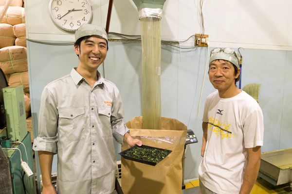 20140708-genki-and-toshimi-packing-tea-matthew-amster-burton.jpg