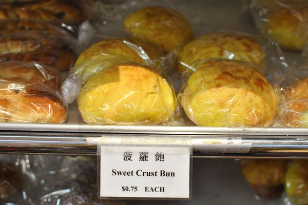 20141001-chinese-bakery-sweets-pineapple-bun-baked.jpg