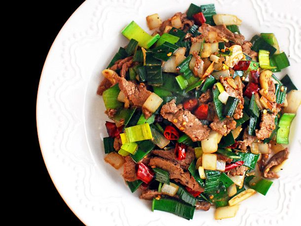 Stir-fried beef with leeks and onions