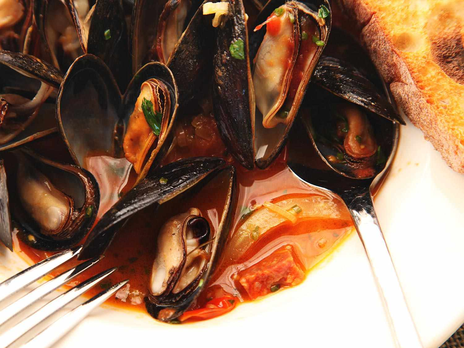 20141026-mussels-how-to-food-lab-saffron2.jpg