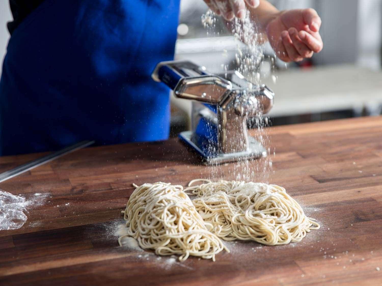 Dusting flour over just-cut ramen noodles