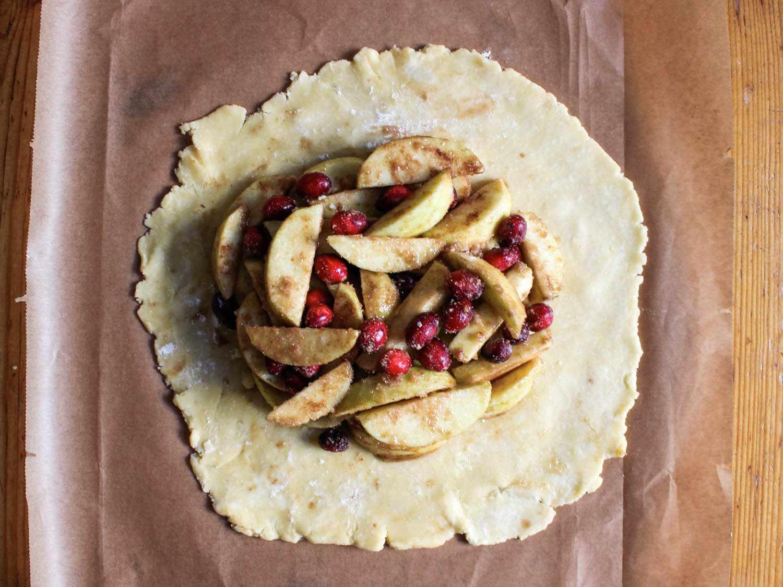 20141103-Rustic-Apple-Cranberry-Pie-fruit-piled-on-dough-Yvonne-Ruperti.jpg