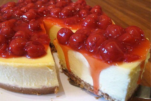 white chocolate cheesecake with cherry topping