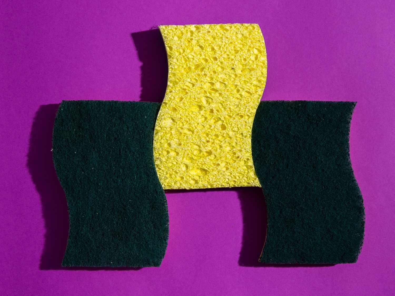 Scotch-Brite Heavy-Duty Scrub Sponge on purple background