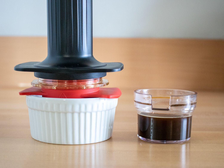 an espresso shot made with the Cafflano Kompresso hand-powered espresso machine