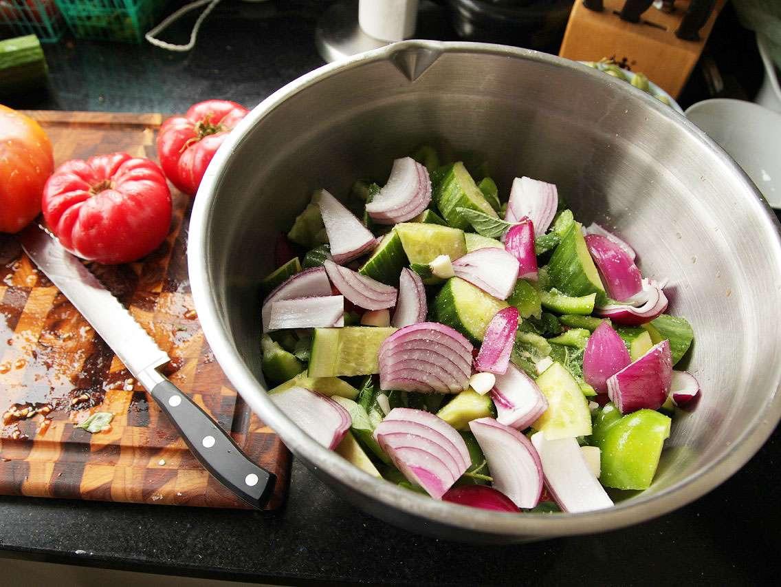 20130827-easy-gazpacho-how-to-recipe-05.jpg