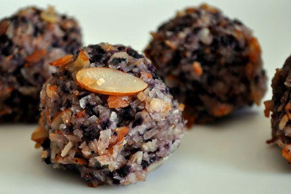 20120828-cookie-monster-blueberry-almond-macaroons.JPG