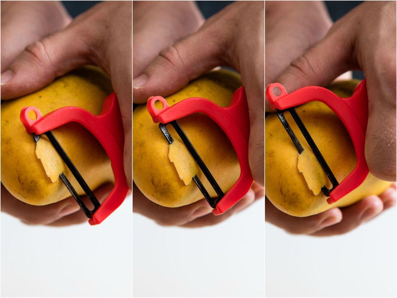 20160323-cutting-mango-vicky-wasik-peeling.jpg