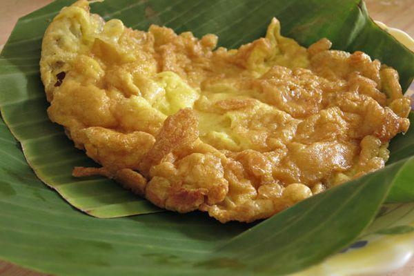 A Thai-style omelet (Khai Jiao) on banana leaves