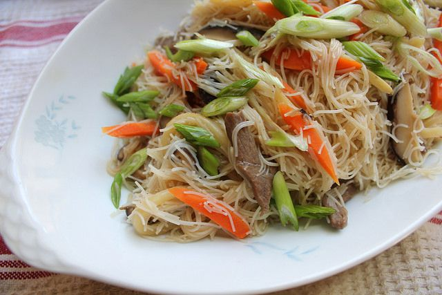 050214-taiwaneats-panfriednoodles-finished.jpg